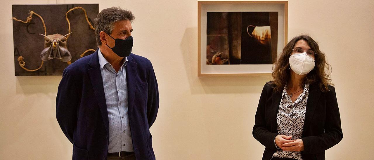 Eduardo Alcalde, comisario de 'Universo Confinado', con Cristina Martín, directora de Diario de Ibiza.