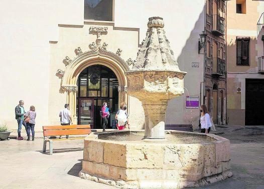 Vista actual de la Font Reial de la Trinitat,  que se alza ante el edificio de los Juzgados de Xàtiva y junto al Archivo Municipal  |  PERALES IBORRA