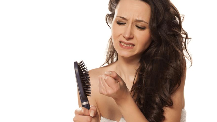Estos son los primeros síntomas de la calvicie que afecta a las mujeres