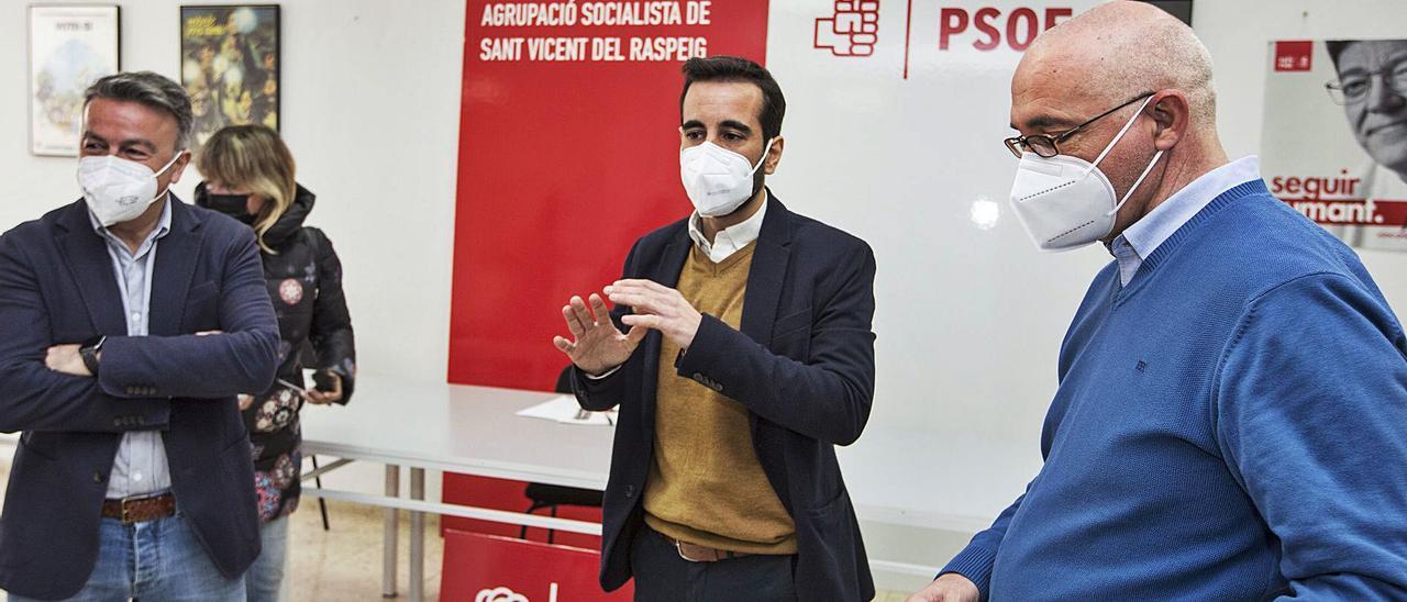 El secretario provincial del PSOE, el secretario de Organización y el alcalde, en la sede del partido en San Vicente el mes pasado. | ALEX DOMÍNGUEZ