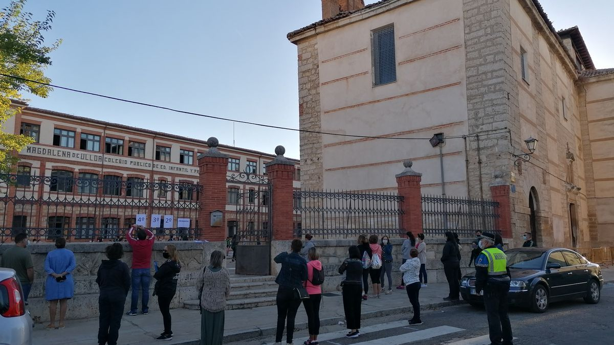 Padres esperan la salida de sus hijos del colegio Magdalena Ulloa