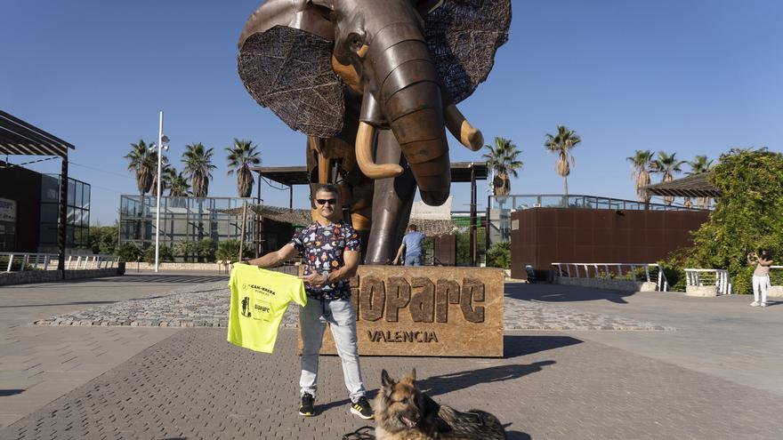 """David Casinos, """"se viste"""" la camiseta oficial de la  9ª Can-rrera de BIOPARC Valencia"""