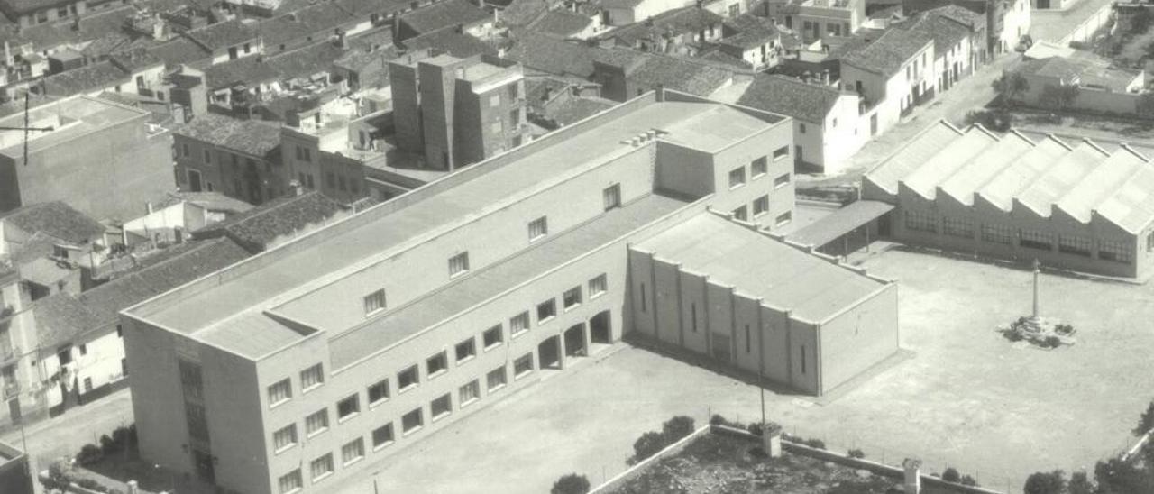 Edifici inicial del institut, amb la creu al pati
