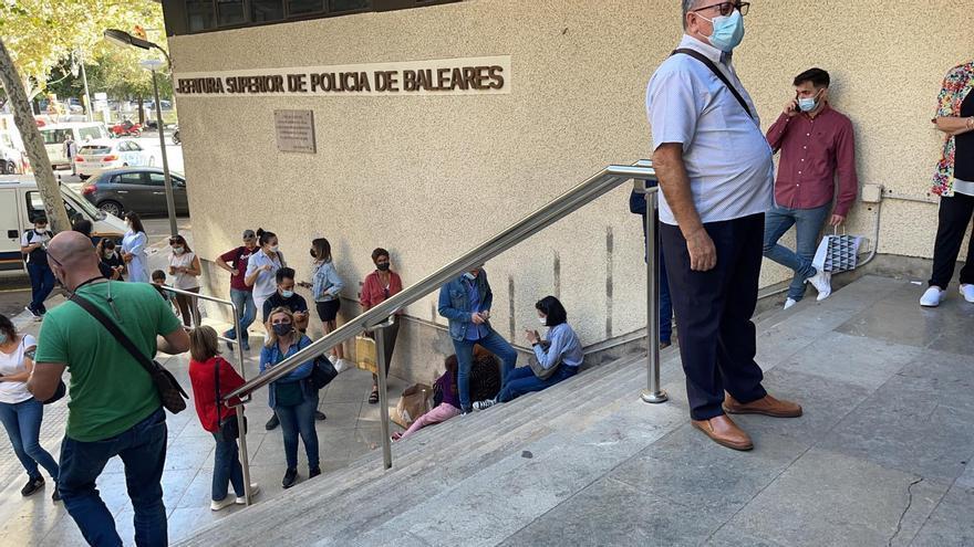 La masiva llegada de migrantes desborda el servicio de tramitación de pasaportes de la Policía Nacional en Palma
