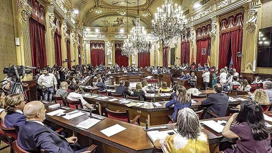 El Parlament prepara una propuesta de reducción salarial de los diputados