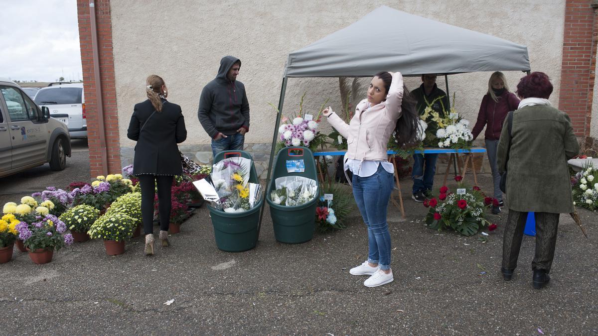 Un puesto de flores a las puertas del cementerio municipal en la celebración de Todos los Santos.