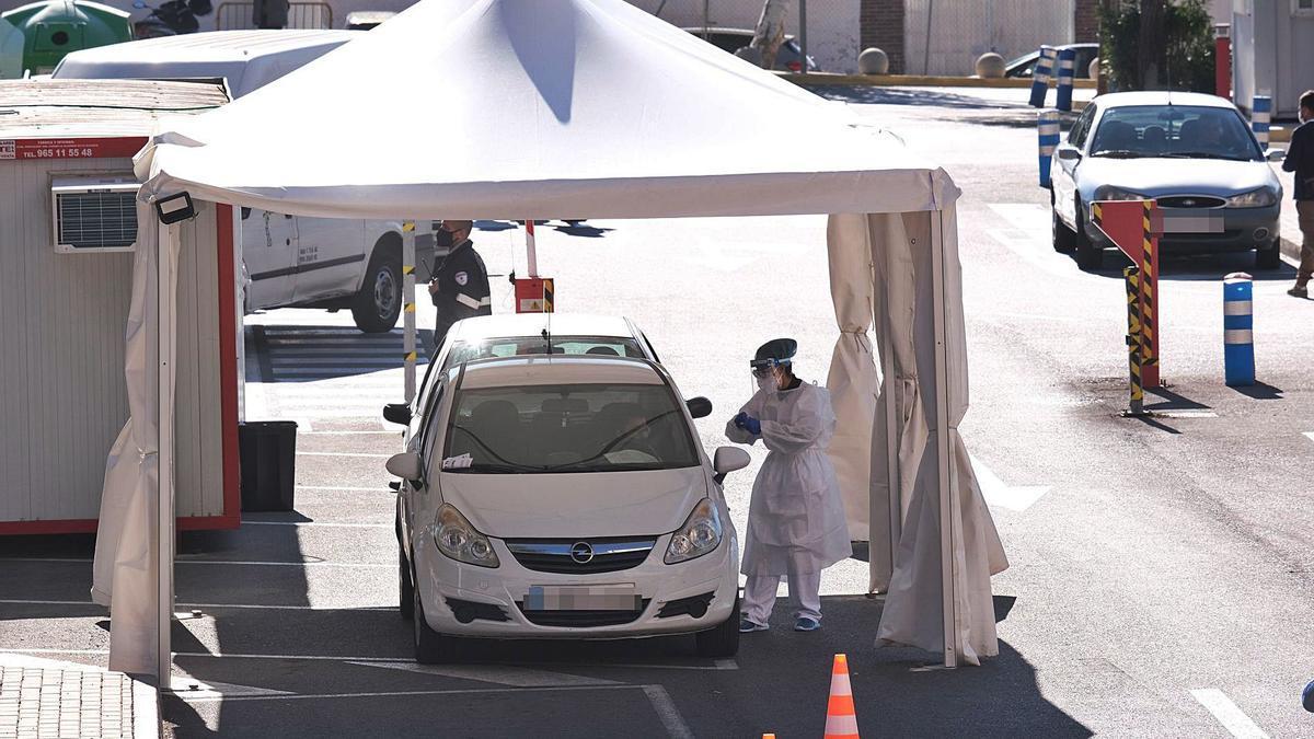 Carpas habilitadas en el exterior del Hospital de Elda para la toma de muestras a pacientes sospechosos de padecer covid. | AXEL ÁLVAREZ