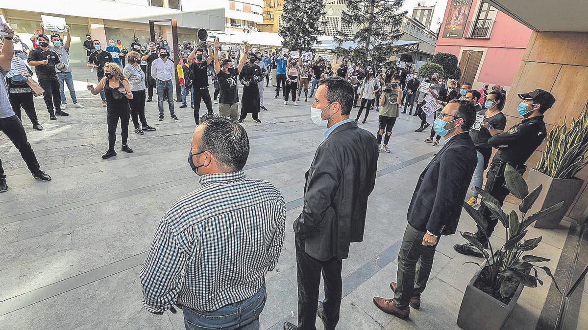 El alcalde atendiendo a los hosteleros