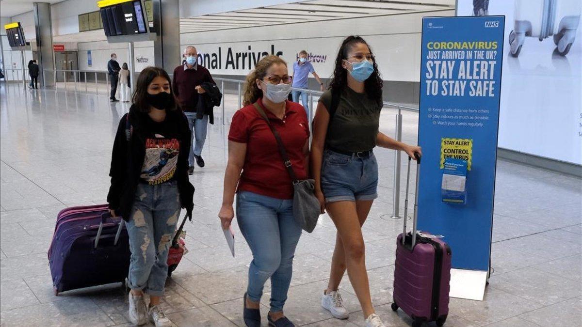 El Reino Unido se abre a suavizar la cuarentena a los que lleguen de España