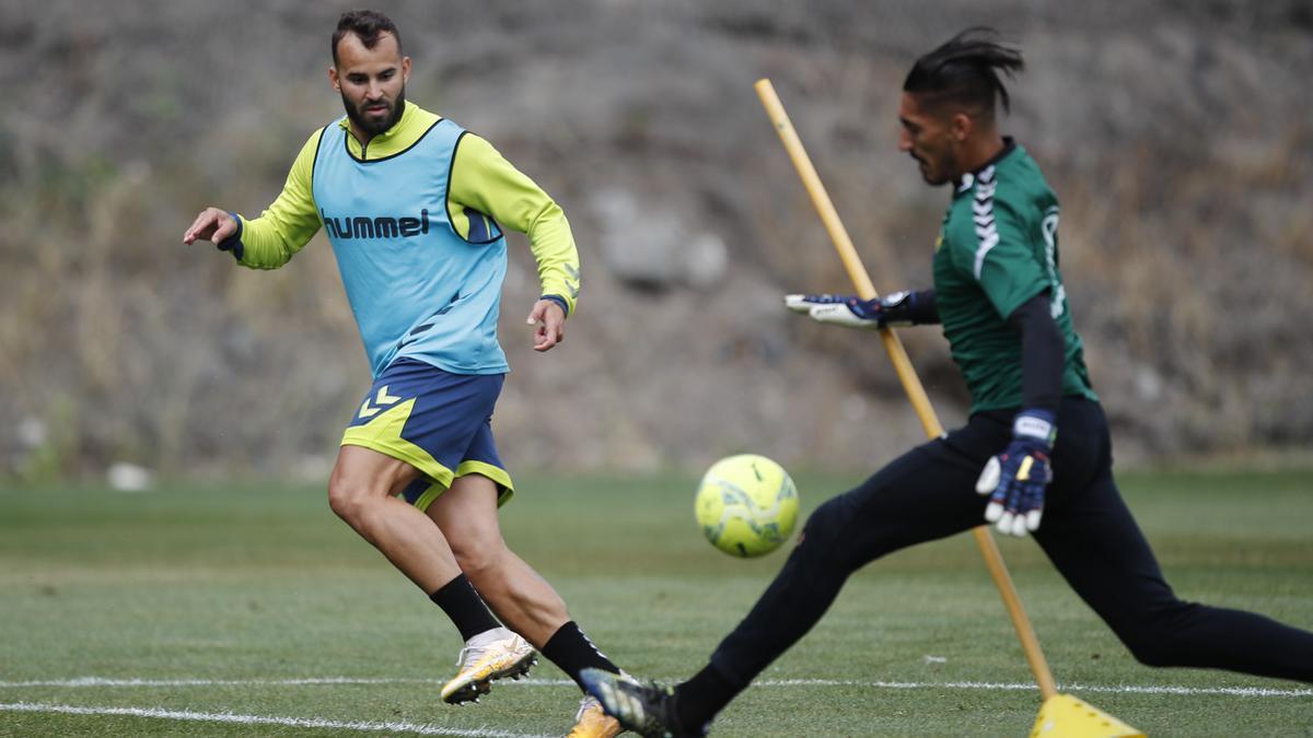 Jesé presiona a Álvaro Valles.