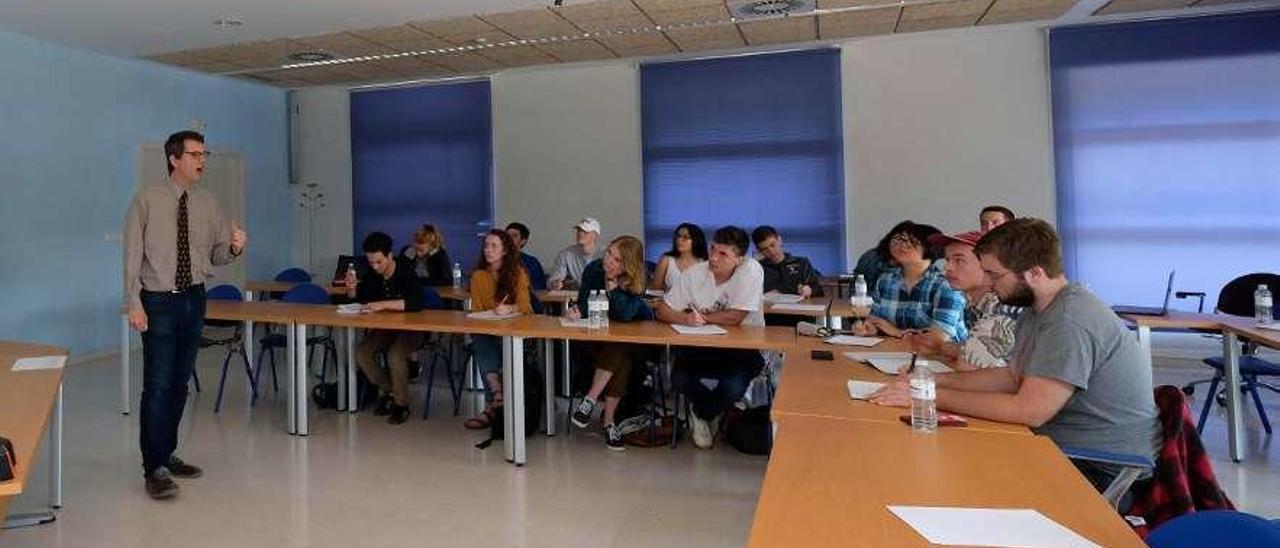 El profesor William Hunt se dirige a los alumnos estadounidenses, ayer, en Mieres.