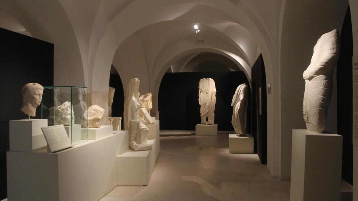 Imagen de la sala donde se exponen las esculturas romanas en el Museo de Baena.