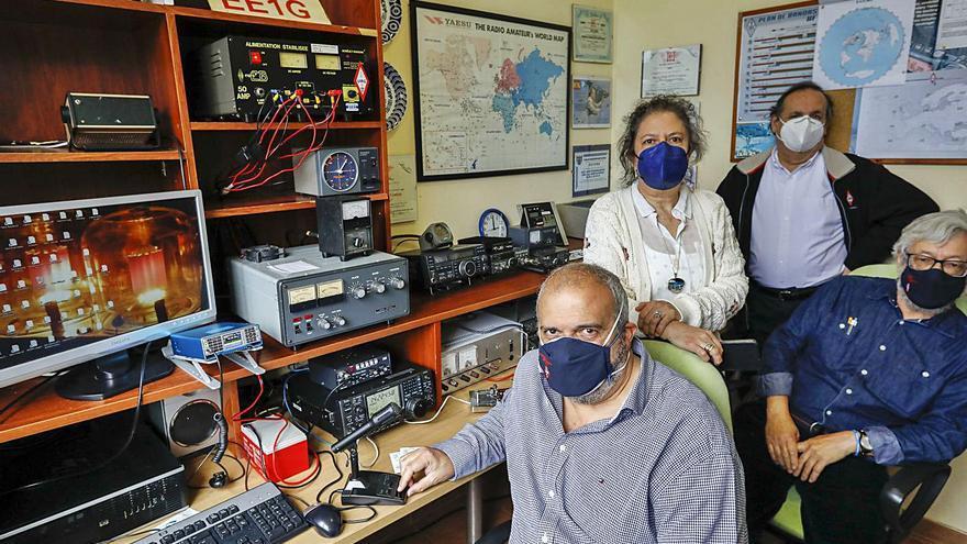 Los radioaficionados de Gijón, en busca de conexión con personas de todo el mundo