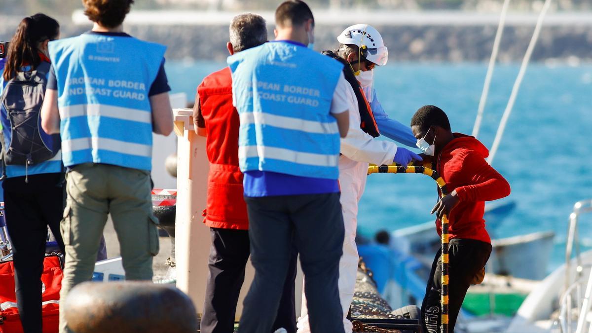 Inmigrantes llegan a Canarias.