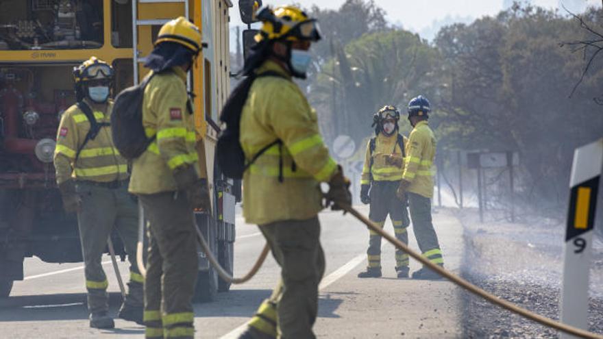 Ya han ardido 10.000 hectáreas en el incendio de Huelva, con 2.400 desalojados