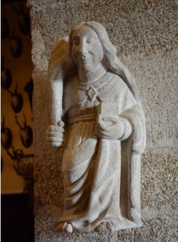 Figura de bulto redonda en piedra del vest�bulo.jpg