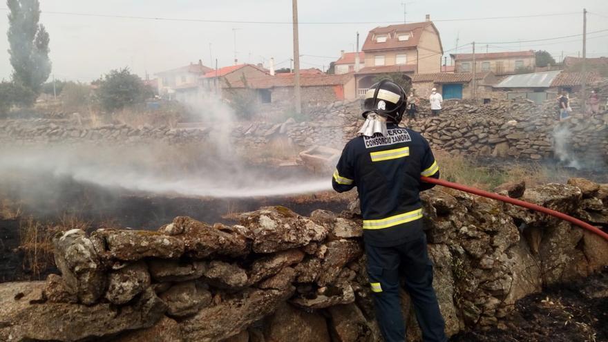 Un incendio pone en peligro una zona urbana de Villar del Buey