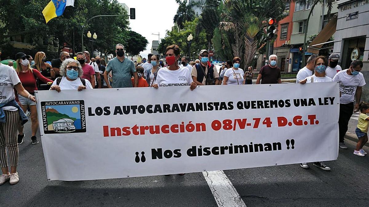 Manifestación de autocaravanistas, ayer, en las inmediaciones del Parque San Telmo.