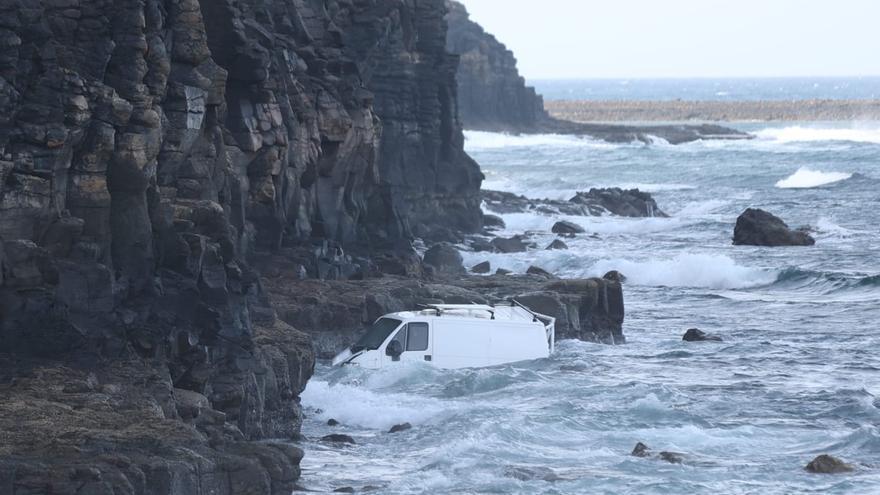 Una mujer resulta herida al caer con su furgón desde un acantilado de Antigua