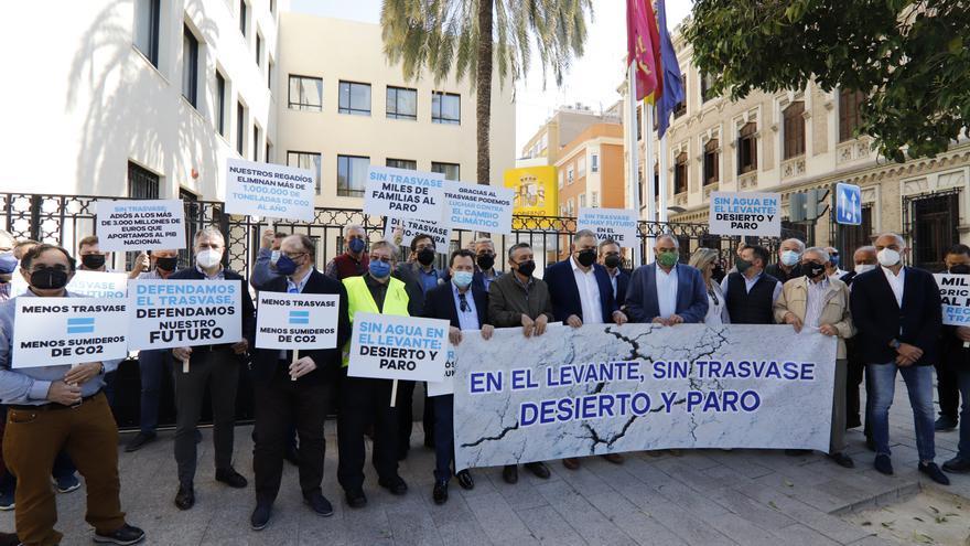 """Un centenar de personas protestan en Murcia por los """"recortes"""" del Ministerio en el Trasvase"""
