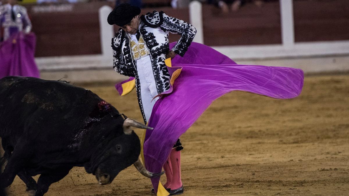 El torero valenciano Enrique Ponce, durante un lance con el capote.