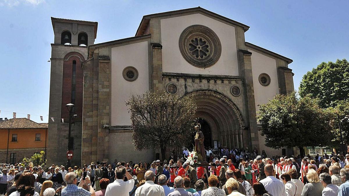 Procesión desde la iglesia parroquial de La Felguera el día grande de las fiestas de San Pedro.