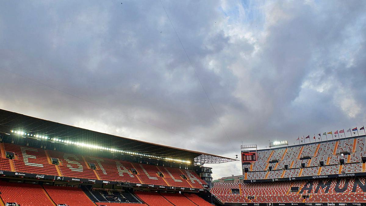 Aspecto vacío de Mestalla, en los minutos previos a disputarse el Valencia-Barcelona. | F.CALABUIG
