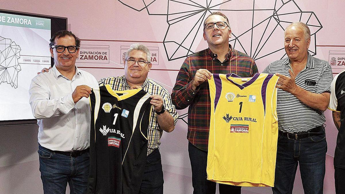 Nacho Teruelo y Jesús Rodríguez, con Narciso Prieto y el diputado de Deportes.