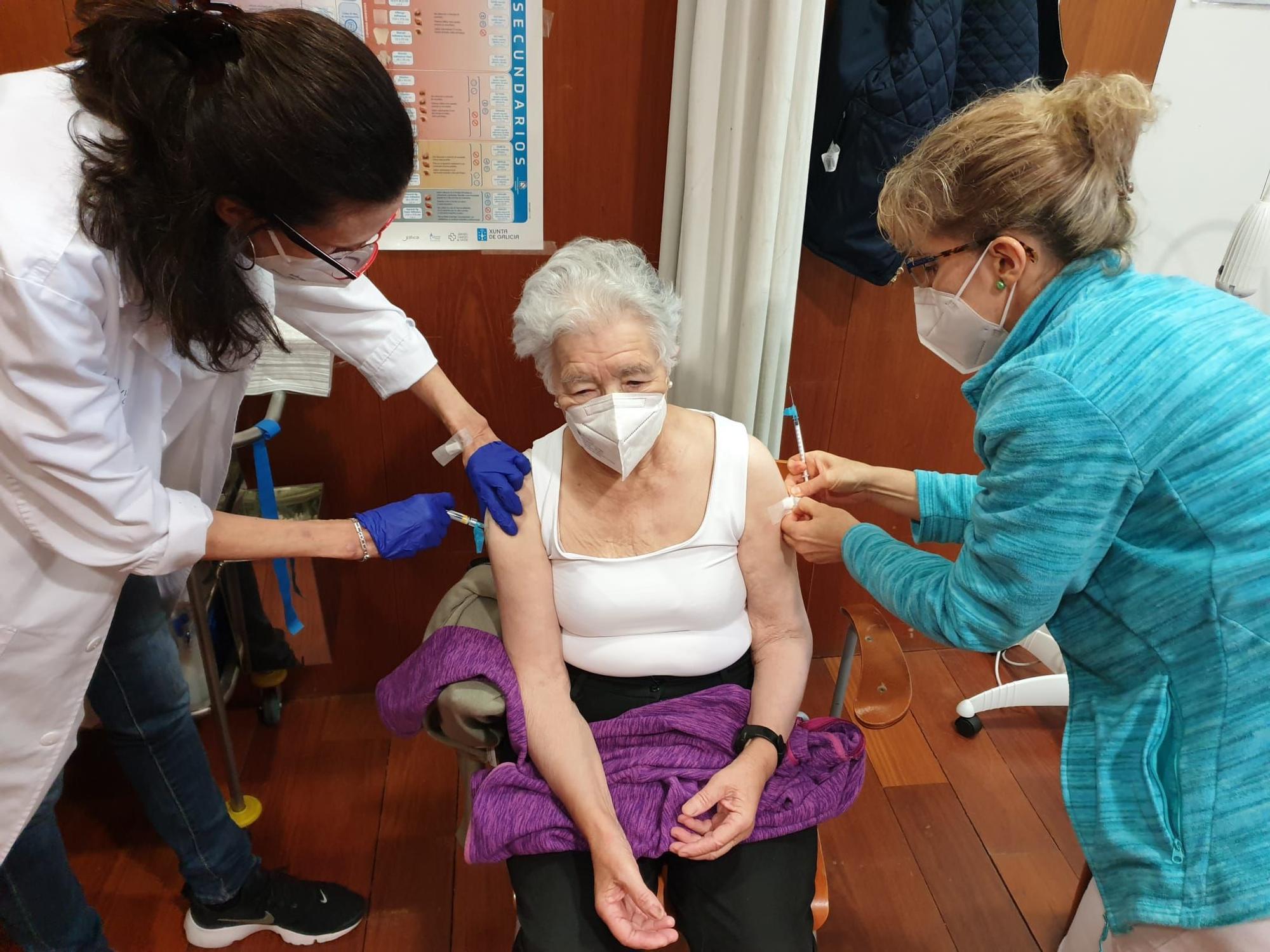 Blanca Flor Isabel Fernández Álvarez, de 85 años, recibe un pinchazo en cada brazo en el centro de salud del Casco Vello de Vigo