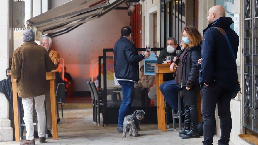 Varias personas en la terraza de un bar, en Vigo.