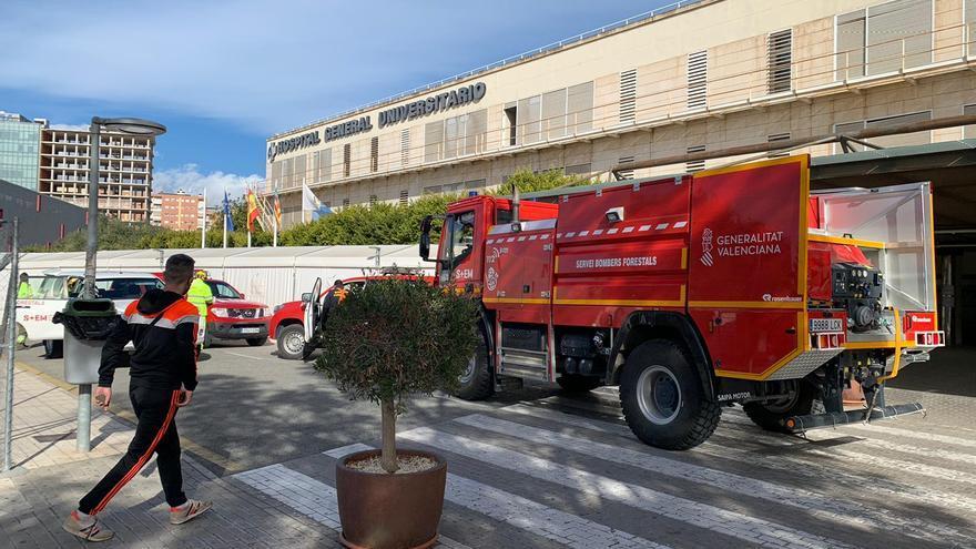 Los bomberos revisan el hospital de campaña de Alicante por las fuertes rachas de viento
