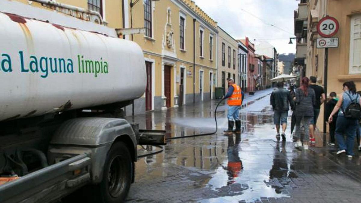 Un operario de Urbaser limpia las calles del casco histórico de La Laguna.