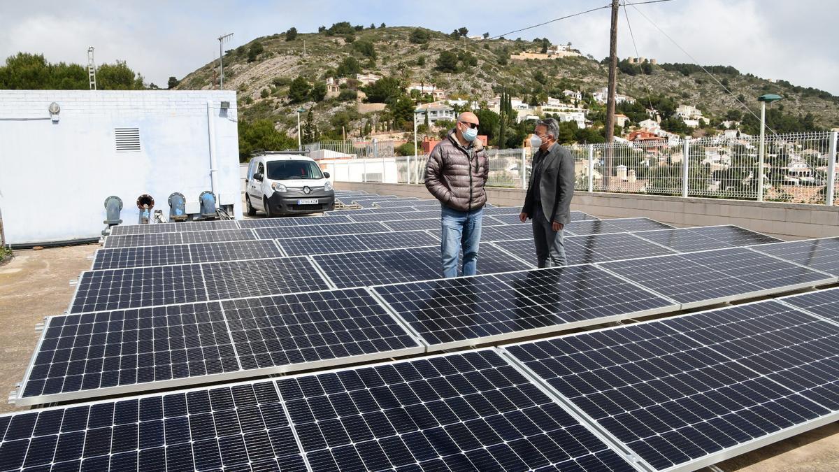 Las placas solares colocadas sobre al estación de bombeo de agua potable del Calvari