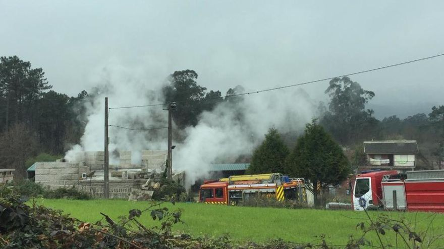 Un incendio calcina una vivienda vacía en Mos