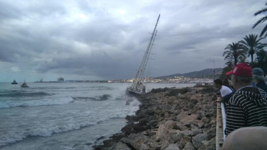 Un velero a la deriva embarranca en Palma