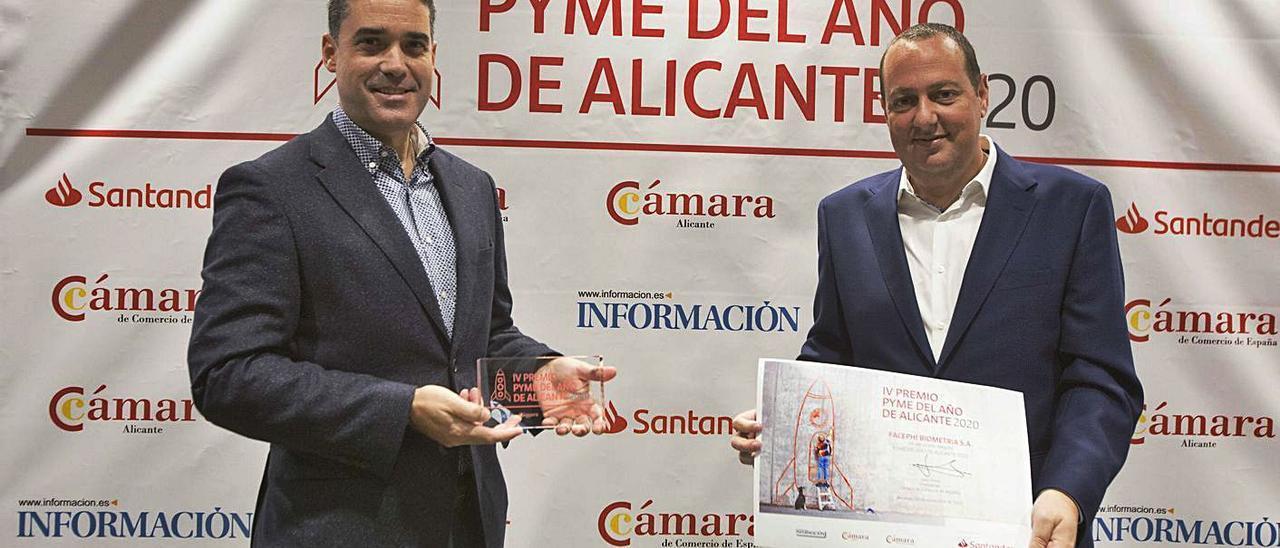 Javier Mira y Salvador Martí, en la entrega al premio a la Mejor Pyme de Alicante.  | PILAR CORTÉS