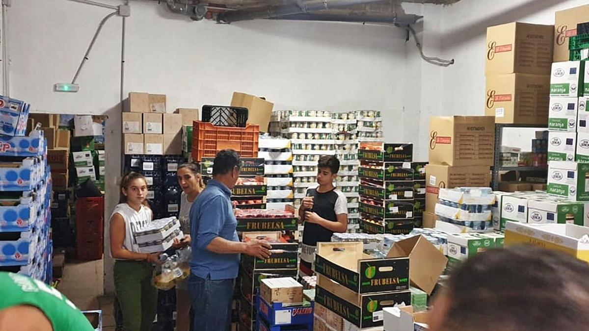 La Asociación de vecinos las Lagunillas Centro distribuye alimentos a más de dos mil familias