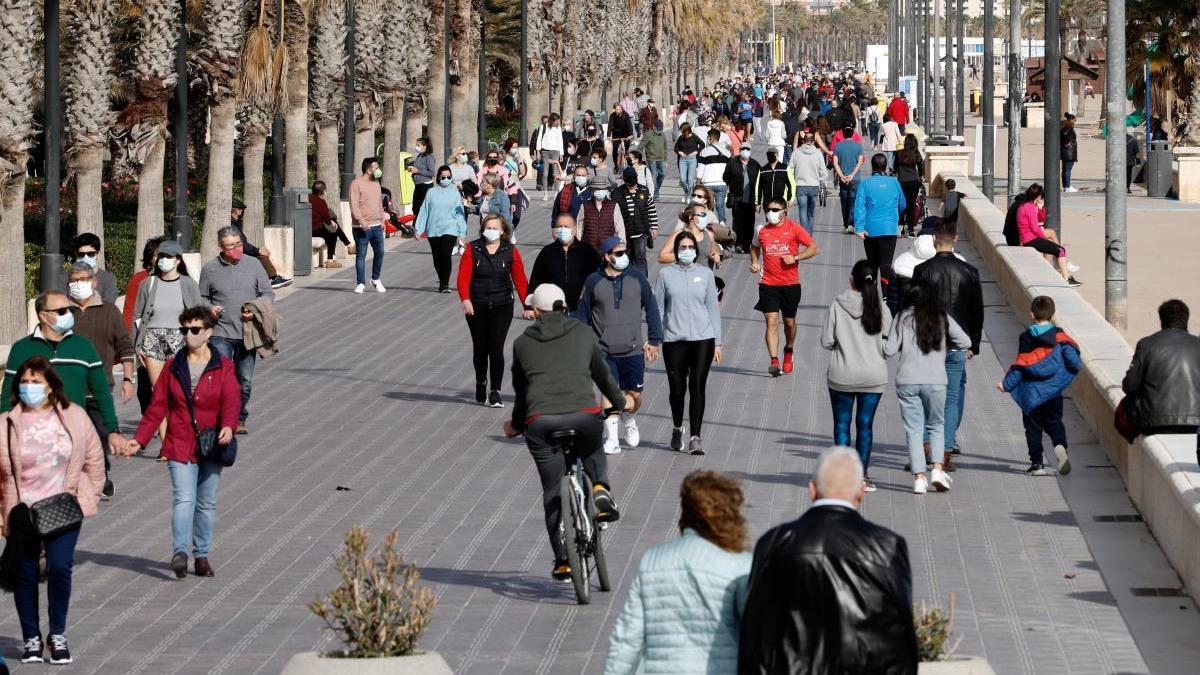 Cientos de personas en el paseo de la playa valenciana de la Malvarrosa.