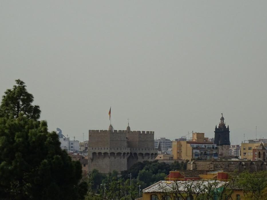 El polvo en suspensión enturbiaba el cielo de València, ayer jueves.