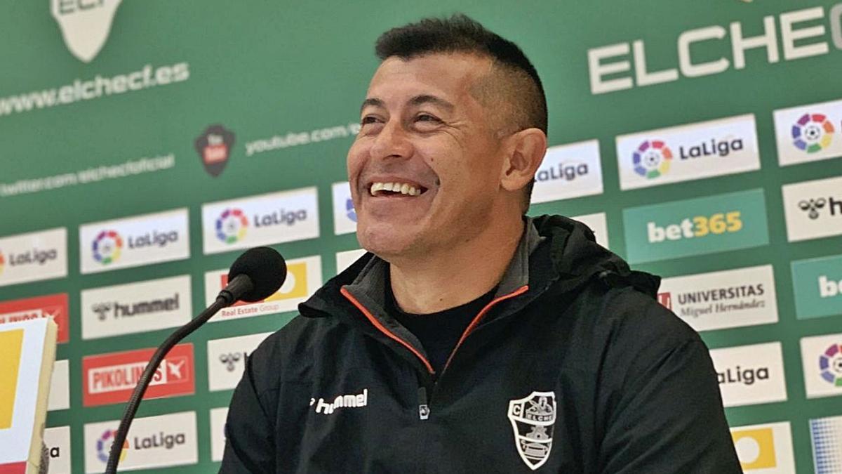 El entrenador del Elche, Jorge Almirón, ayer en su rueda de prensa en el Martínez Valero.