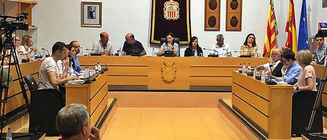 Un pleno del Ayuntamiento de Algemesí, uno de los afectados por la sentencia del Supremo.