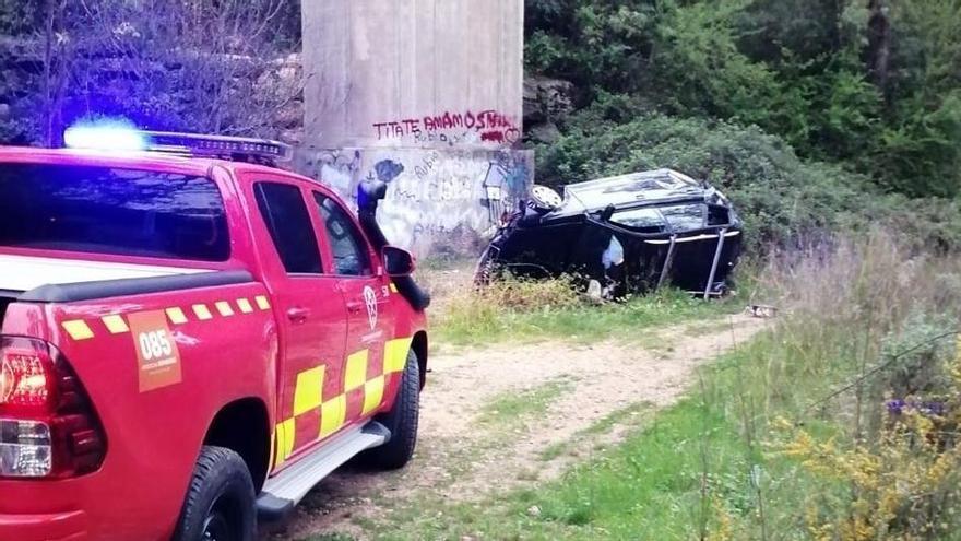 Los bomberos del Consorcio de Málaga en Ronda asisten al conductor accidentado.