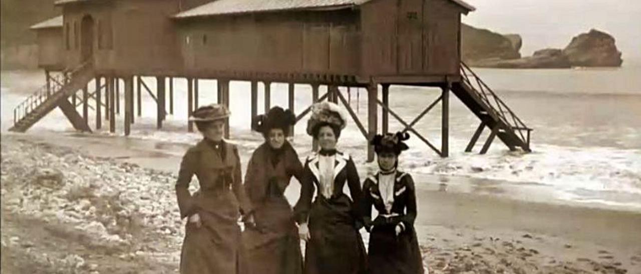 Mujeres ante el balneario de Salinas en una fotografía de José Zamora. | LNE
