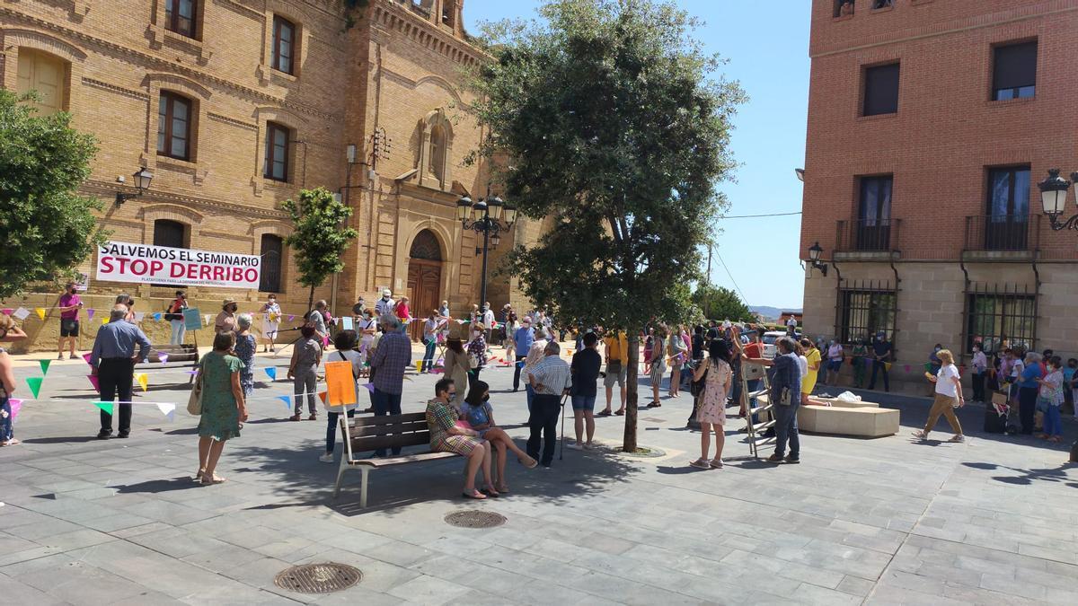 Varias personas, esta mañana, durante el abrazo simbólico al Seminario de Huesca.