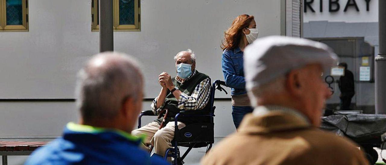 Personas mayores en un parque de Avilés.