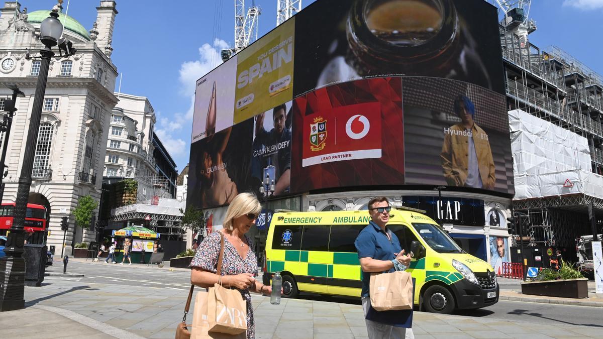 Dos personas pasean este lunes por Piccadilly Circus, en Londres.