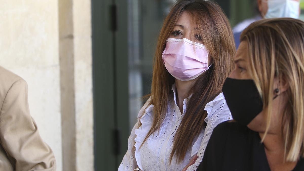La responsable de la agencia de viajes, en el centro de la imagen, ayer antes de entrar a declarar.
