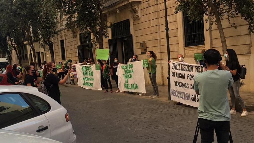 Protesta por la falta de apoyos a niños con necesidades frente al Parlament