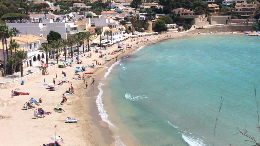 La policía disuelve un botellón con más de cien jóvenes en la playa del Portet de Moraira