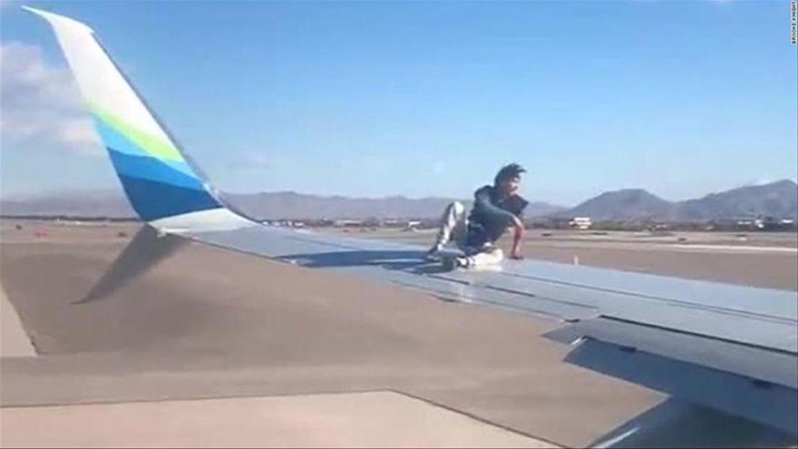 Detingut a Las Vegas després d'enfilar-se a l'ala d'un avió
